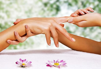 Using natural alternative treatments to relieve hand and knuckle pain.