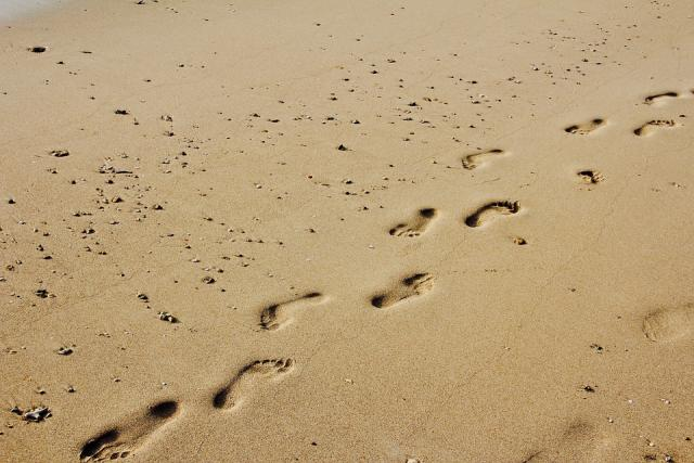 footprints-sand-running